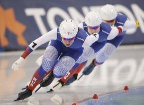Angelina Golikova, de Rusia, lleva a su equipo a un segundo puesto en la carrera por equipos de mujeres en el Campeonato Mundial de Patinaje de Velocidad de Distancia Sencilla de la ISU en Salt Lake City, Estados Unidos.