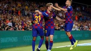 Ansu Fati, De Jong y Alba celebran el gol del holandés