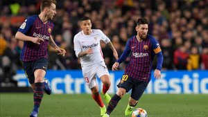 Arana, entre Rakitic y Messi, marcó el 4-1
