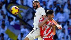 Benzema pugna con Juanpe en una acción del choque disputado en el Santiago Bernabéu