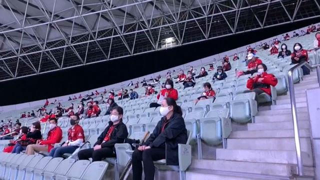 Celebración de un partido de fútbol en Tokio en silencio y manteniendo la distancia social