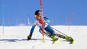 Esquiador alpinista en el Pirineo