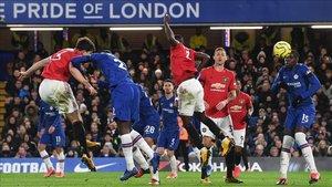 Harry Maguire anotó con este cabezazo el segundo gol del United en Stamford Bridge