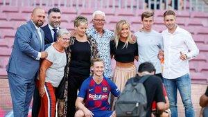 De Jong, junto a su representante y su familia en el Camp Nou