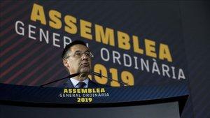 Josep Maria Bartomeu aún se dirigía a los socios compromisarios cuando dado inicio el FC Barcelona - Sevilla