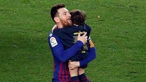 Leo Messi se abraza a su hijo Mateo durante la celebración de LaLiga