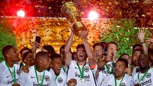 Los jugadores del Eintracht celebrando su título la temporada pasada