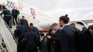 Los jugadores del Real Madrid, con Gareth Bale en primer plano a la derecha, suben al avión para viajar a Emiratos Árabes Unidos para la disputa del Mundial de Clubes 2017