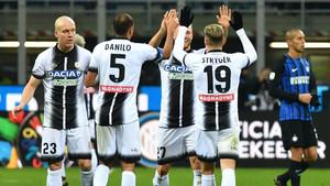 Los jugadores del Udinese celebran un triunfo histórico en Milán