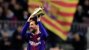 Messi mostrándole a su afición la Bota de Oro de la pasada campaña