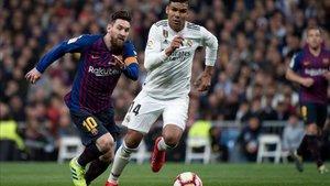 Messi trata de zafarse del agobio de Casemiro
