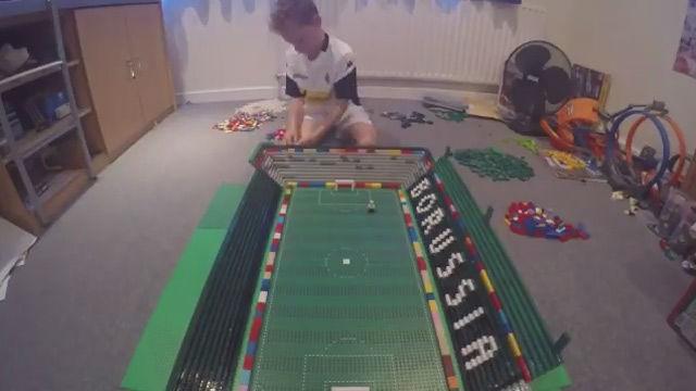 Un niño construye con legos el estadio del Borussia Mönchengladbach
