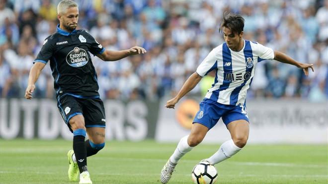 Óliver Torres protege el balón ante la presencia de Andone