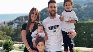Un periódico argentino publicó una inédita imagen de Messi y Roccuzzo del año 1998 | Clarín