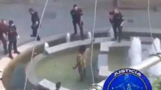 Un policía salta desde una fuente para detener al hombre que portaba un machete