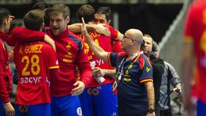 Ribera celebra con sus jugadores la clasificación para los preolímpicos