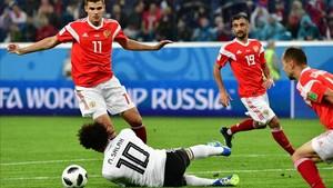 Salah, durante la acción del penalti que supuso el 3-1 definitivo.