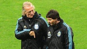 Signorini charla con Messi durante sus encuentros con Argentina