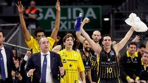 Txus Vidorreta y sus jugadores celebran la victoria ante Unicaja