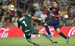 Xavi Hernández bate a Irureta y abre el marcador en el Barça-Eibar