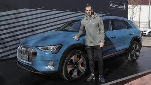 Gareth Bale posa con su nuevo Audi e-tron.