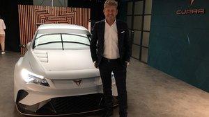 Wayne Griffiths, CEO de Cupra, junto al e-Racer en el Automobile Barcelona.
