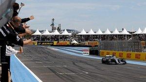 Hamilton, cruzando como vencedor bajo la bandera a cuadros