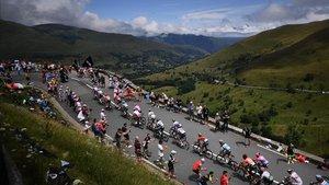 La carretera agarra pendiente en el primer gran día de los Pirineos