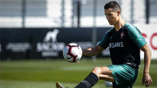 Cristiano entrena con Portugal, antes del encuentro ante Serbia