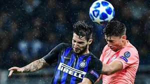 Lenglet lucha por el balón con Politano en el Inter - Barça