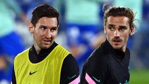Leo Messi y Antoine Griezmann durante el calentamiento previo al Getafe-FC Barcelona