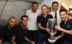 Los capitanes del Barça, Luis Enrique y Bartomeu se hicieron una foto dentro del avión con la Supercopa de Europa