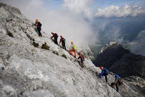 Los montañeros suben por la vía ferrata en Alpspitze (2628 m) en las montañas Wetterstein cerca de Garmisch-Partenkirchen, Alemania.