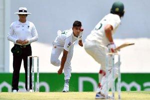 El marcapasos de Pakistán, Naseem Shah (C), se enfrenta al australiano Joe Burns (R) en el segundo día del primer partido de cricket de prueba entre Pakistán y Australia en el Gabba.