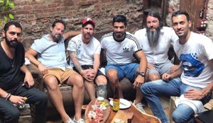 Messi, Luis Suárez y Busquets, en una pizzeria