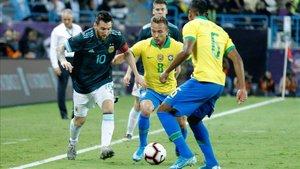 Messi siempre es un mal de cabeza para la defensa de Brasil