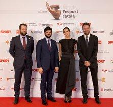 Ona Carbonell, acompañado de Gerard Figueras, Secretari General de l¿Esport, Gerard Esteva, presidente de la UFEC y Ernest Folch, director de Sport.