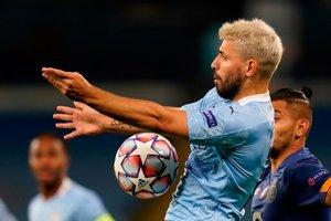 Sergio Agüero Kun del Manchester Citys controla el balón.