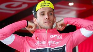 Yates en el podio con la maglia rosa