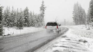 coche-en-carretera-en-pleno-invierno