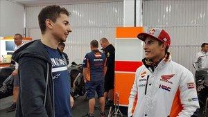 Lorenzo y Márquez, en el box del Repsol Honda