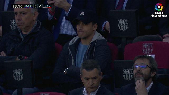 Alexis Sánchez no se quiso perder el Barça-Rayo