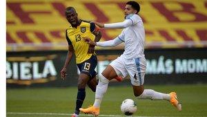 Araujo, en acción en uno de los últimos partidos de Uruguay, contra Ecuador