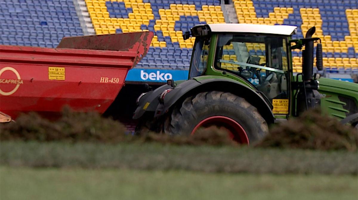 El Camp Nou renueva su césped