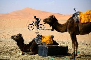 Un ciclista viaja durante una sesión de entrenamiento el 27 de abril de 2019, en vísperas del inicio de la 14ª edición de Titan Desert 2019 alrededor de Merzouga en Marruecos.