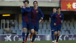 Collado y Miranda celebrando el segundo gol bajo la mirada de Riqui Puig
