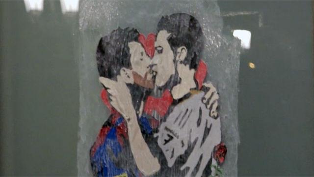 El graffiti de Leo Messi y Cristiano Ronaldo besándose antes del clásico que se jugará por Sant Jordi