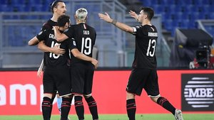 Ibra celebra su gol con sus compañeros
