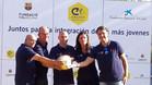 Andrés Iniesta posa con los representantes del FC Barcelona, La Caixa y la Fundación Cruyff en el CEIP Cristo del Valle de Fuentealbilla