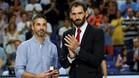 Jorge Garbajosa entregó la insiignia a Navarro al descanso del partido